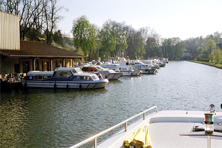 Hausboot-Hafen in Fontenoy-le-Château