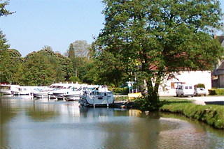 Hausboot-Hafen in Rogny-les-Sept-Ecluses